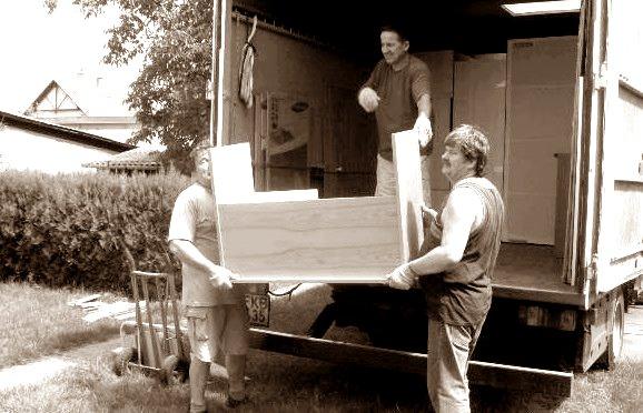 Három kolléga kipakolja a teherautót debrecenben