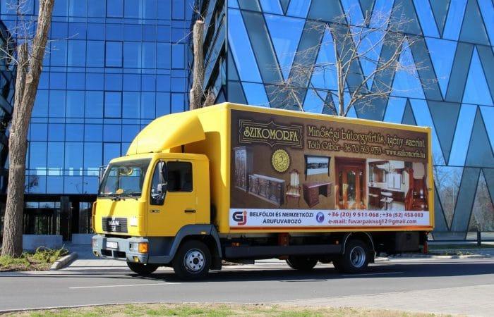 GJ teherautó a Forest Office irodaház előtt