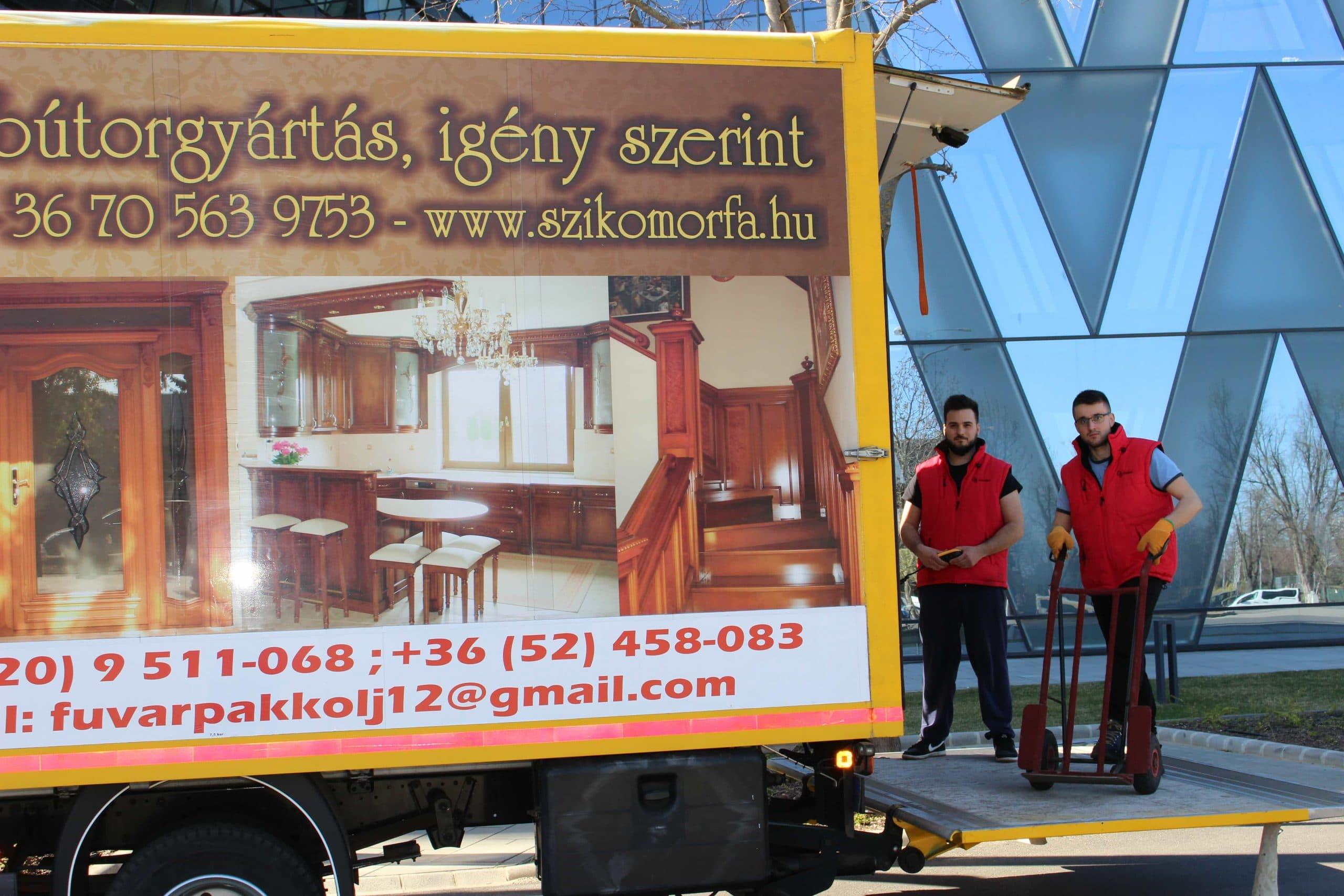 Költöztetés Debrecen forest office irodaháznál a sárga gj teherautó